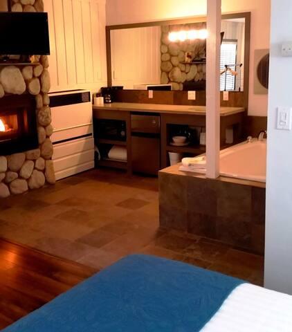 Sleepy Forest S17 - King w/Spa & Fireplace