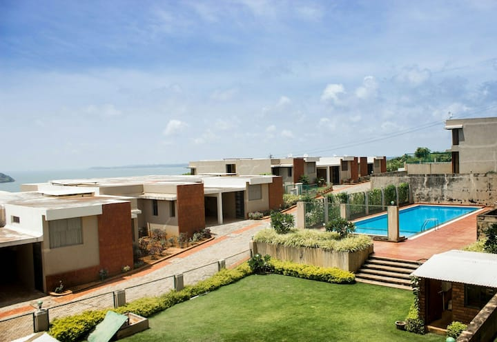 Cozy 3bhk with sea view, pool  near airport& BITS