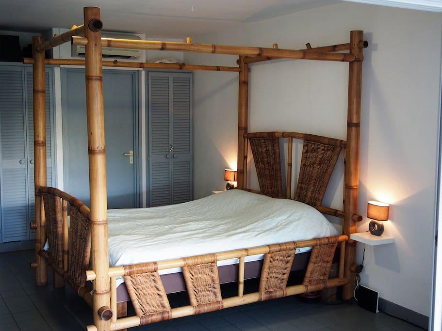 la pièce principale est composée d'un lit baldaquin en bambou