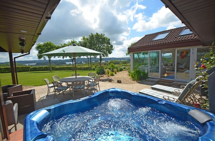 Perfect party pad with hot tub and spectacular lake views in the Mendip Hills AONB