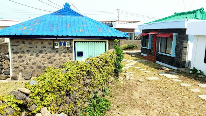 차롱스(Charongs)  알작지 해변 앞 제주 집 그대로 독채민박 3인기준 조식제공