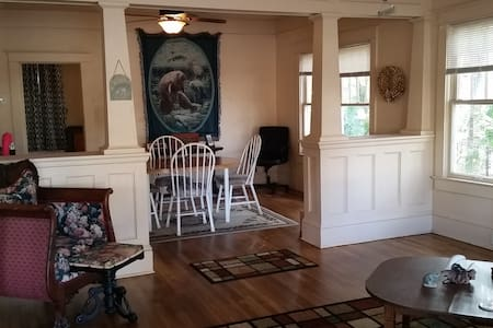 Manatee Manor, perfect location to start vacation - Sanford