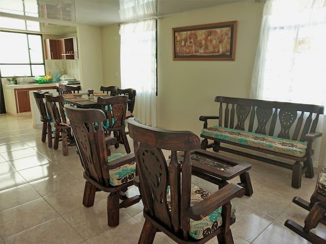 Sala y comedor estilo rústico, con muy buena iluminación natural