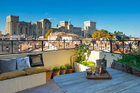 MAGNIFICENT APARTMENT WITH A VIEW ON THE PALACE OF THE POPES IN AVIGNON