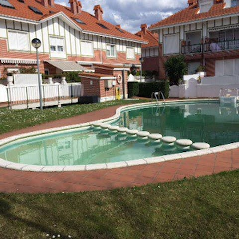 Lujosa casa con terraza y piscina - Laredo - House