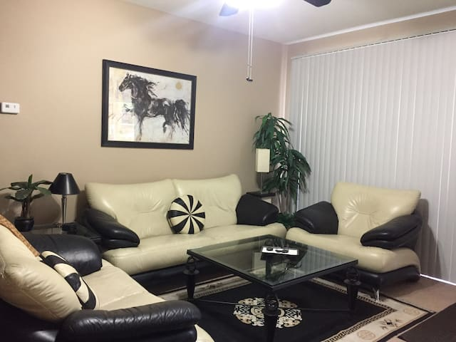 Double Masterbedroom Condo 104- Minutes from Strip