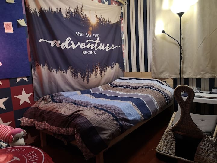 虹桥路地铁站 设计师的温馨小床房间