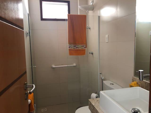 Banheiro Térreo com Barras de Acessibilidade no Box e Sanitário