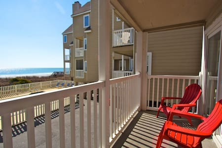 Recently Redecorated Cape Coddages 2br; Pool, Beach and Ocean Front, Beach Tents OK Here! - Surfside Beach - Wohnung