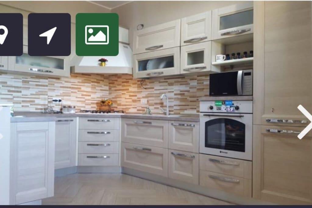 Cucina fornita di tutto