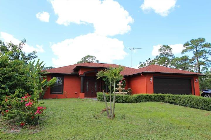 Spacious Pool home with Fenced yard and Sundeck - Lehigh Acres - House