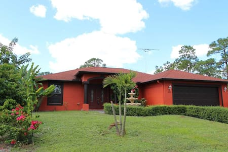 Spacious Pool home with Fenced yard and Sundeck - Lehigh Acres - Huis