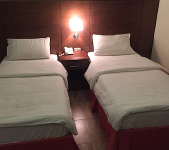 Two single beds with private bath room and TV cabl - Ma'an - Hostel