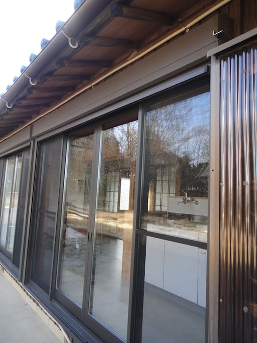 宿2東側。Close the up and down sliding shutter on rainy days or cold days and evening.