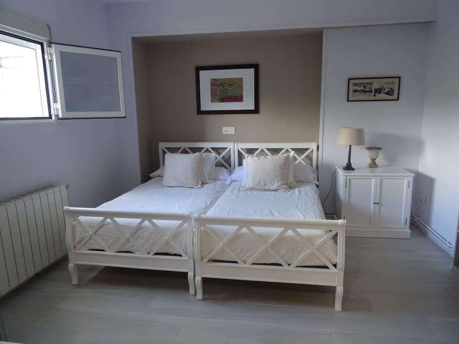 Cuarto principal: 2 camas individuales, TV, armarios y baño propio.