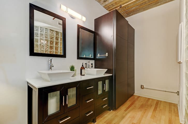 UPSCALE LOFT SPACE CLOSE TO DOWNTOWN.