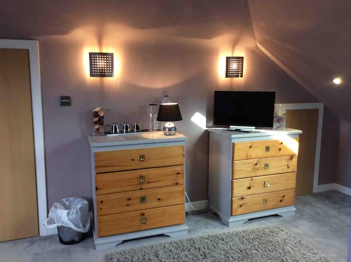 Triple ensuite direct links to airport and station