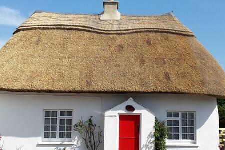 Snow Whites Cottage (WIFI Enabled)
