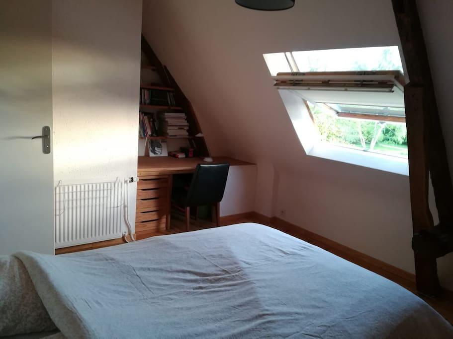 Chambre privative avec lit double et espace de travail