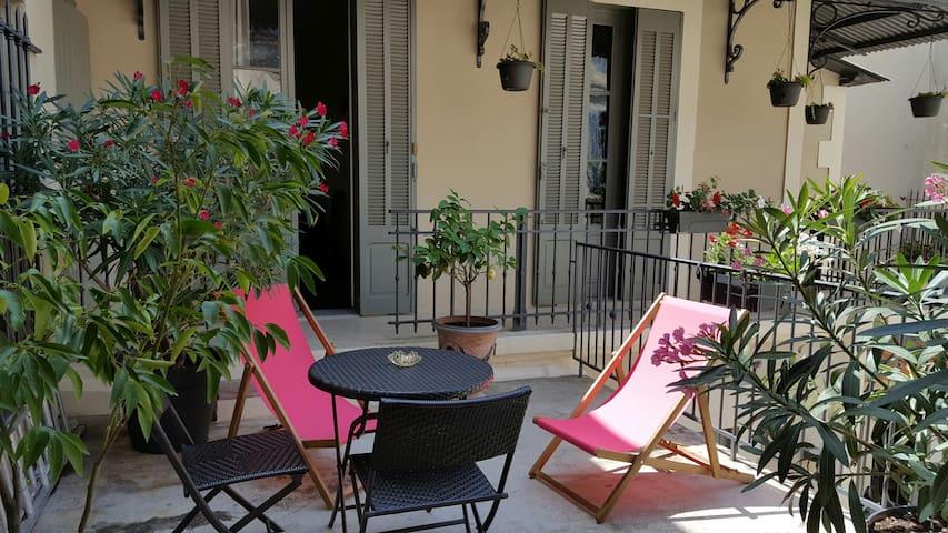 Arènes beau studio grande terrasse - Nîmes