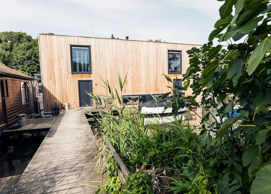 Houseboats in amsterdam a wish list by airbnb for Airbnb amsterdam houseboat