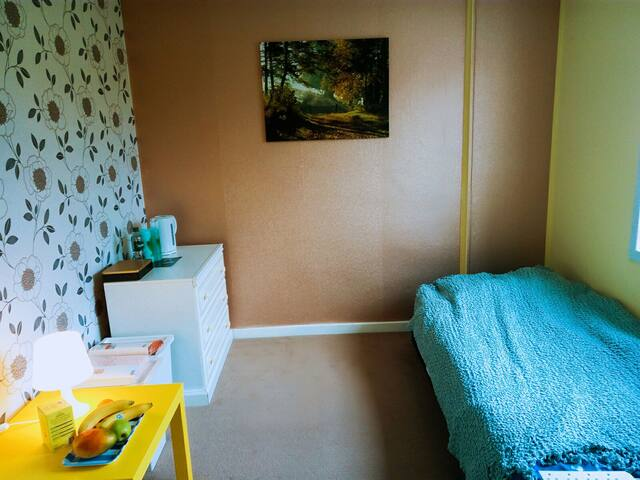 Bright, happy room, near the Glasgow Airport :)