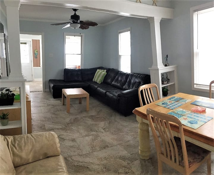 Luxury 3 bdrm Beach Block Home, 4 homes from beach
