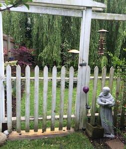 Garden Tiny Guest House Sanctuary - Bellingham