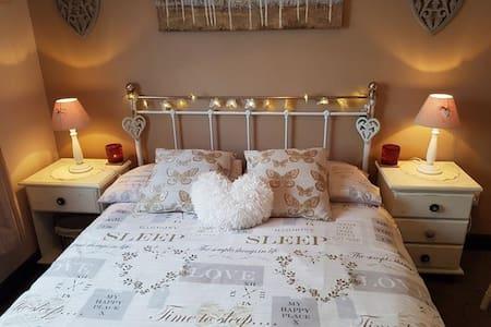 Quiet room, double bed - Llanddewi-Brefi - Haus