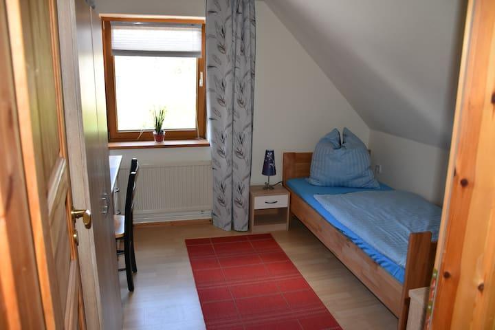 gemütliches Zimmer umgeben von Wald und Wiesen - Schönefeld - Hus