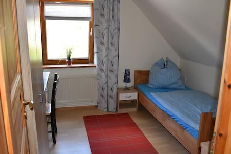 gemütliches Zimmer umgeben von Wald und Wiesen - Schönefeld