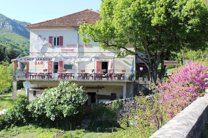 """auberge """"Chez Baratier"""" - Laviolle - Casa de huéspedes"""