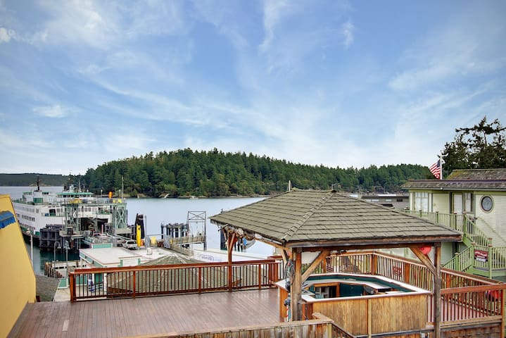 In the heart of Friday Harbor! San Juan Suites - High Seas!