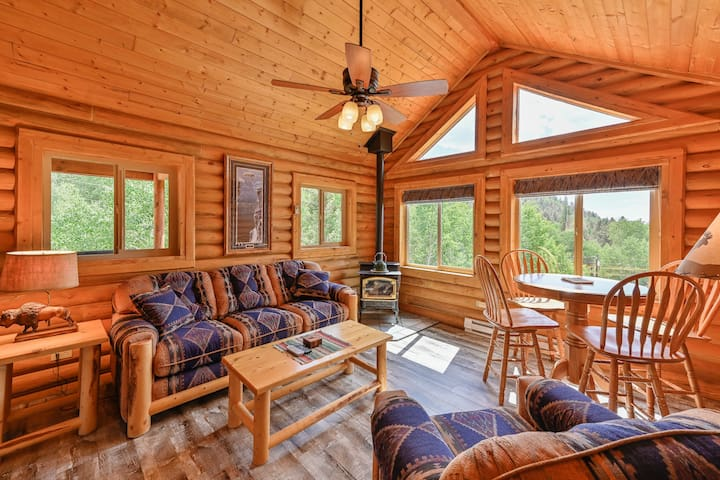 Beautiful Log Cabin on 2 Acres w/Hot Tub & WiFi