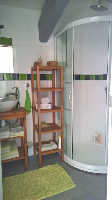 Salle d'eau privative: lavabo, douche, chauffage / sèche-serviette