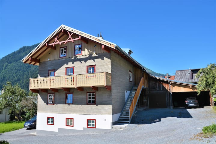 Sunny 4 Bedroom House close to centre and Ski Bus.