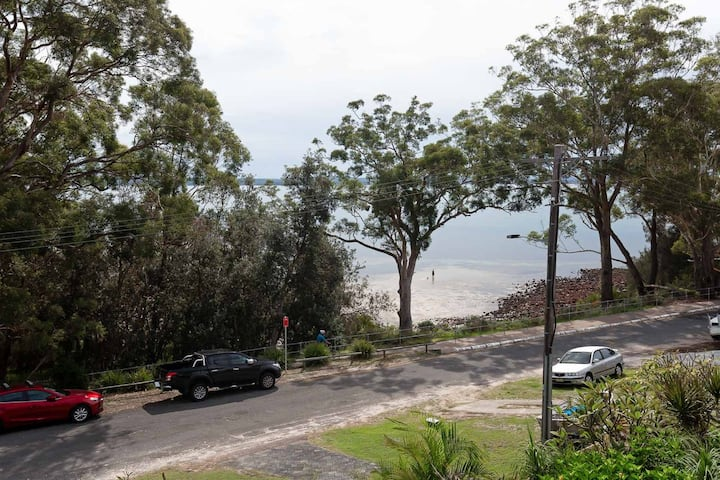 Baggies on Dutchies, 9 Burbong Street - large house with aircon, boat parking & waterviews