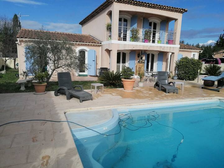 Comfortable air-conditioned villa near Salon-de-Provence, dog allowed