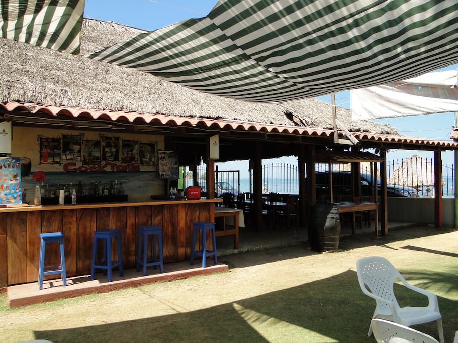 punto de reunion frente al mar para saborear u cóctel hay 50 variedades