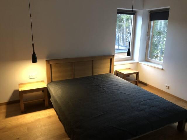 Sovrummet på övre plan, med direktutgång till övre terrassen.