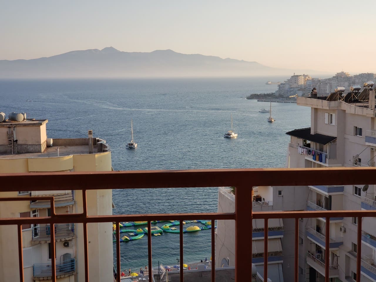 Saranda seaside apartment for rent. The apartment is located in Quarter No. 1, easily accessible, 5 minutes walking distance from the beach and the town center. It is newly built, fully furnished, with very nice sea view.