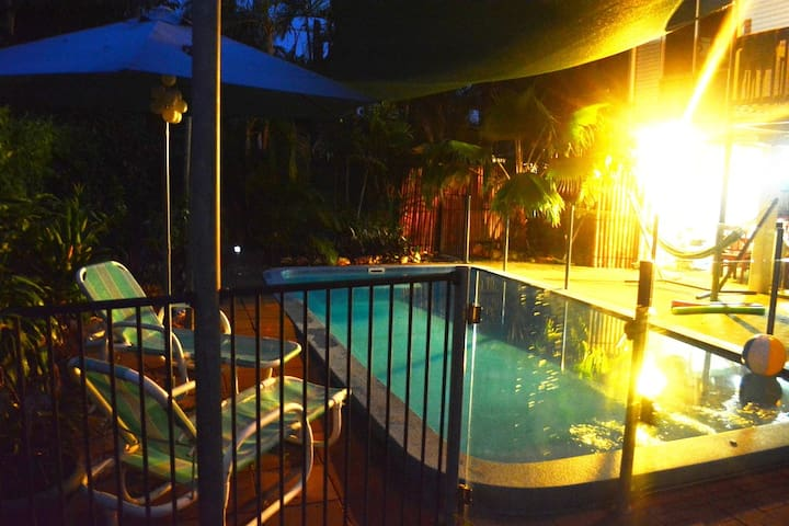 Large Tropical 3 Bdr House w/ Pool - Karama