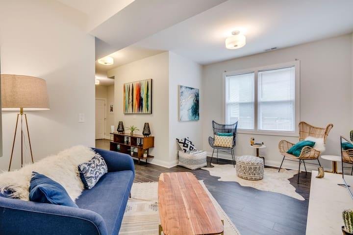 Sunny Lakeview 3BR Duplex Apartment-Private Deck!