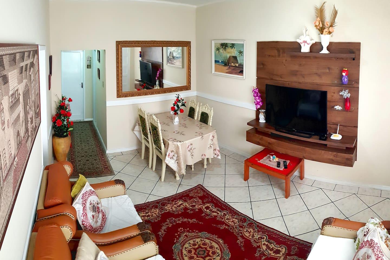 Apartamento arejado, espaçoso e aconchegante, localizado no Centro de Balneário Camboriú. Só atravessar a rua e está no mar.