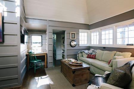 Adirondack Guest Cottage, Pets - Kisház
