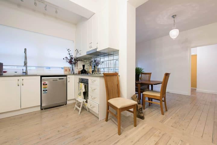 Entire Apartment: Central Randwick location