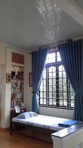 The sgl bed in the open room , with the selves  books Le lit sgl  dans la salle ouverte , avec l'étagère des livres .