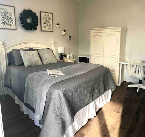 Private 1st floor 10 min. from Downtown!