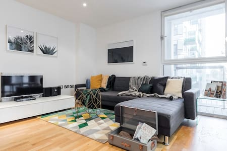 Newly-built 2 bed w/balcony in Canary Wharf - London
