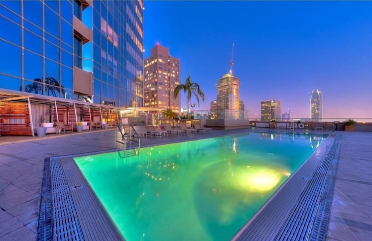 With one of the most spectacular rooftop decks in all of Los Angeles, you're sure to feel right at home in the heart of DTLA in this stunning 1BR-loft....